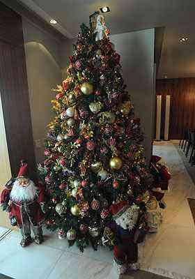 Árvore é rodeada por personagens natalinos e traz grandes corações - Leandro Couri/EM/D.A Press