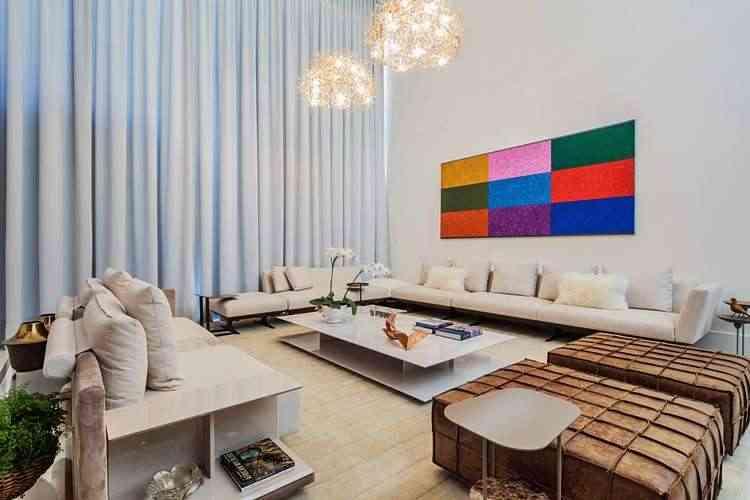 Para poder esquentar a sala de estar, a arquiteta investiu em cortinas pesadas e no tapete cobrindo todo o ambiente - Leonardo Cabral/Divulgação