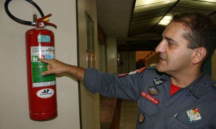 Extintor de incêndio compõem lista de equipamentos básicos - Gladyston Rodrigues/Esp. para o EM