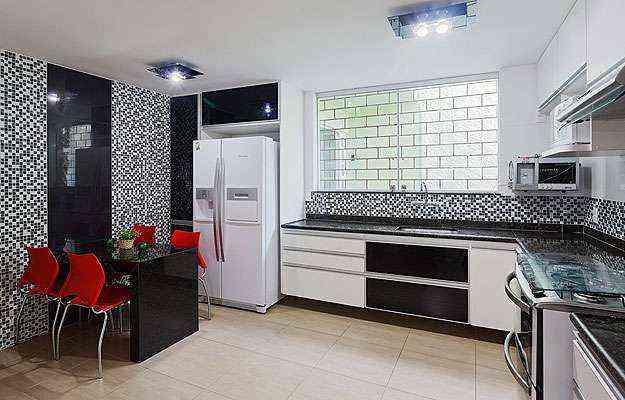 O preto traz pureza e aconchego, deixando a cozinha sofisticada, enquanto o vermelho aquece e agrega energia, harmonizando o ambiente   - Henrique Queiroga/Divulgação