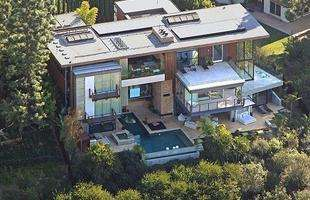 O astro Ashton Kutcher vendeu esta casa ultra-moderna onde vivia, em Hollywood, para adquirir uma mansão, em estilo clássico, mais adequada para o filho que espera com a atriz Mila Kunis