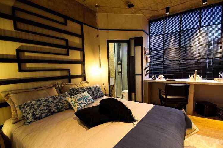 Quarto espaço-conceito da Boutique Férrea tem a cama em aço-carbono e a porta de ferro sob medida - Rodney Costa/Boutique Férrea/Divulgação