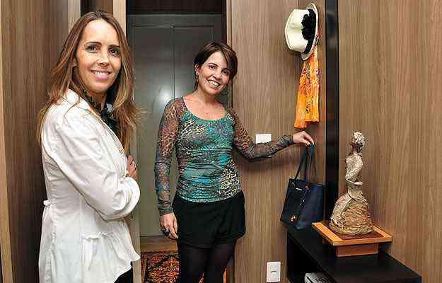 A pedagoga Júlia Rios recorreu à decoradora Sheila Mundim para criar nicho e cabideiros ao lado da porta de entrada - Eduardo de Almeida/RA Studio