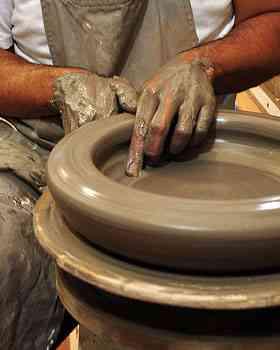 A argila pode ser usada diretamente da natureza, mas geralmente precisa ser modificada com a adição de outras matérias-primas para atingir certas características - Eduardo Almeida/RA Studio
