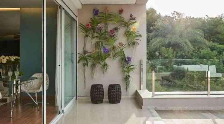 Flores colorem as paredes da varanda, em harmonia com a natureza em volta - Jomar Bragança/Divulgação