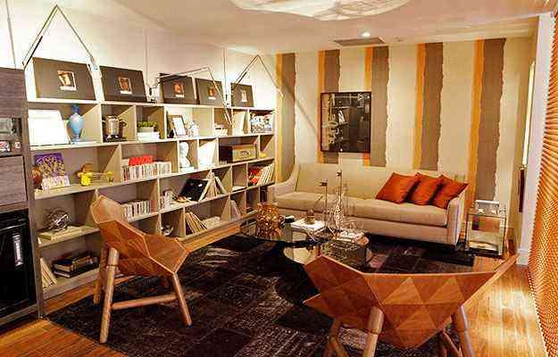 As várias prateleiras horizontais foram recheadas de livros, CDs, porta retratos e pequenas obras de arte - Iff Fotografia