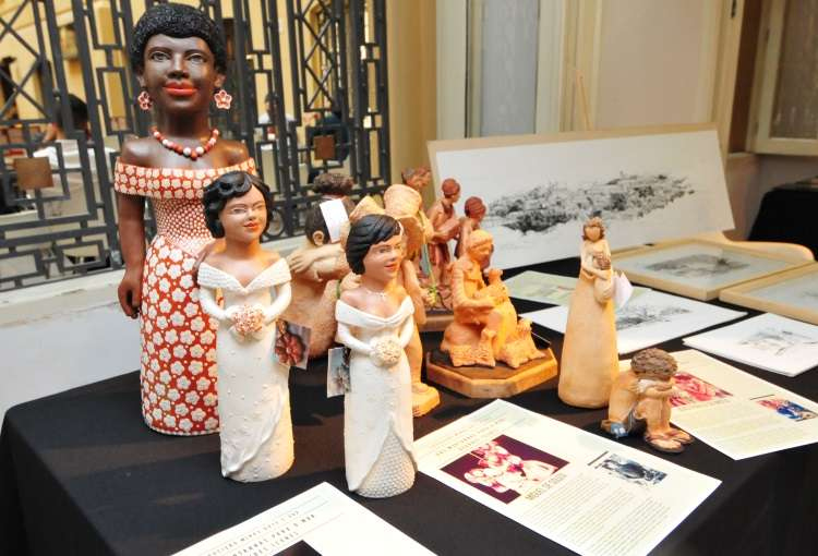 Bonecas em cerâmica do Vale do Jequitinhonha e esculturas feitas por irmãos ceramistas de Betim  - Gladyston Rodrigues/EM/D.A Press