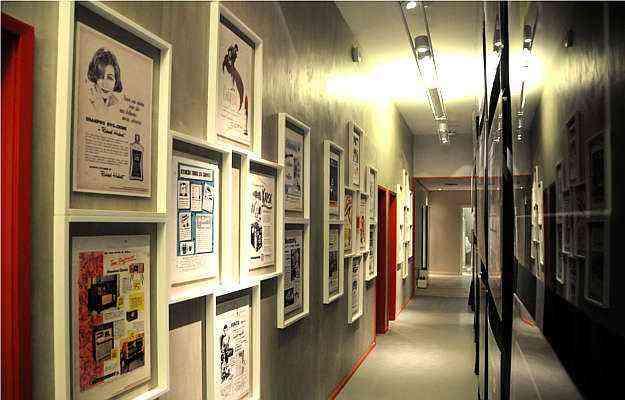Corredores compridos, em residências ou escritórios, combinam bem com quadros, paredes claras e pisos em tons neutros - Sidney Lopes/EM/D.A Press