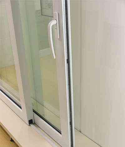 Porta elevável com sistema de correr é fabricada sob medida e tem qualidade de vedação garantida por sistema conhecido como câmara europeia - Zeloart/Divulgação