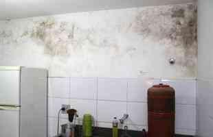 4. Passe nas paredes manchadas de bolor uma mistura de água com água sanitária (em proporções iguais).