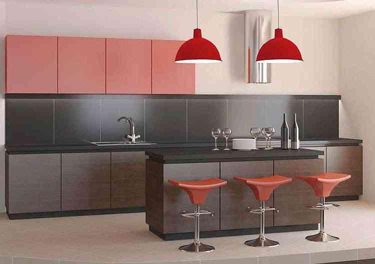 Na cozinha, os pendentes coloridos dão um toque todo especial - Divulgação