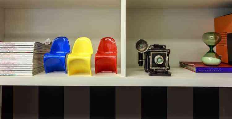No home office assinado por Fabiana Visacro, o conjunto de cadeiras de design miniaturas dá charme ao espaço - Osvaldo Castro/Divulgação