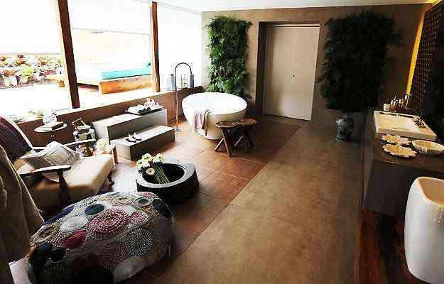 Na Sala de Banho, jardim vertical e muita transparência para chegar à paisagem - Sidney Lopes/EM/D.A Press