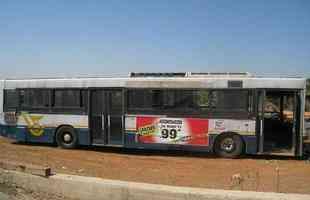 Dupla de mulheres israelenses transforma ônibus abandonado em residência para desabrigados