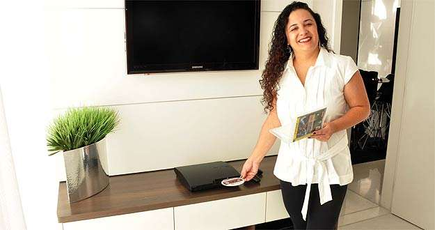 A arquiteta Fernanda Coimbra diz que painel para pendurar a TV é uma das opções  -  Eduardo Almeida/RA Studio