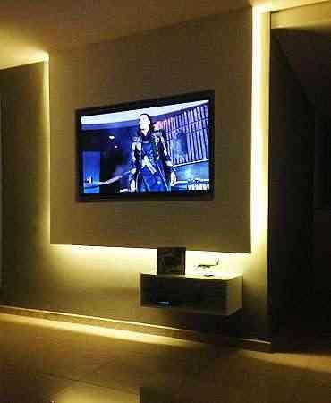 Proposta de painel suspenso de gesso com iluminação LED embutida e um nicho para equipamentos auxiliares foi uma solução que Renata Duarte encontrou para a TV em um apartamento pequeno - Contexto Arquitetura e Construção/Divulgação