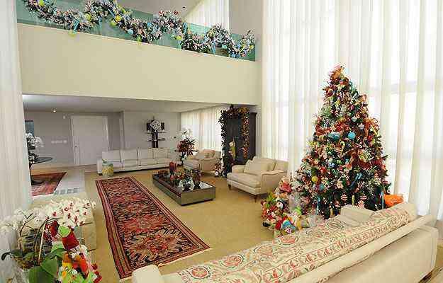 Na sala, árvore tem cores alegres e é enfeitada por guloseimas como cupcakes, balas e pirulitos  - Gladyston Rodrigues/EM/D.A Press