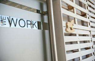 Foram utilizados pallets descartados da empresa para forrar e decorar um antigo galpão por dentro e por fora