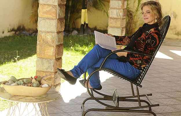 Ana Maria Garcia diz viajar no tempo ao se sentar na cadeira comprada de um vendedor de rua   - Jair Amaral/EM/D.A Press