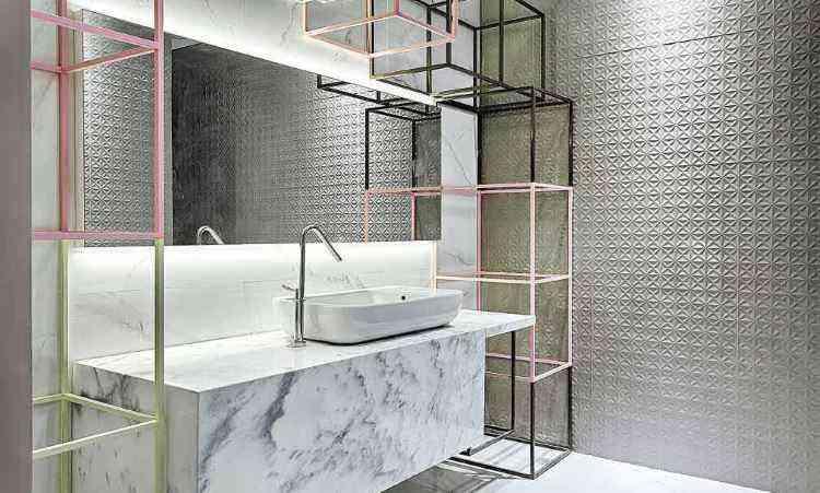 Esculturas cúbicas no banheiro fogem do convencional e dão um ar de modernidade ao espaço - Gustavo Xavier/Divulgação