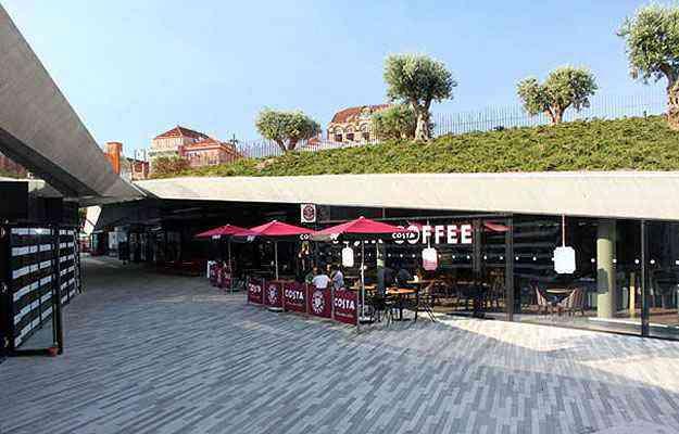 O projeto preservou o nível da rua em um espaço onde se projetou um centro comercial, com lojas, uma livraria e um café - Divulgação/Balonas e Menano