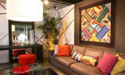 Panô com formas geométricas se integra à decoração moderna da sala de estar - Divulgação