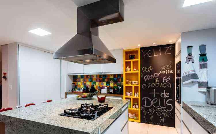 Tinta lousa é um dos recursos utilizados para deixar a cozinha com ar descontraído. A proposta deste ambiente é da Casatelier - Osvaldo Castro/Divulgação