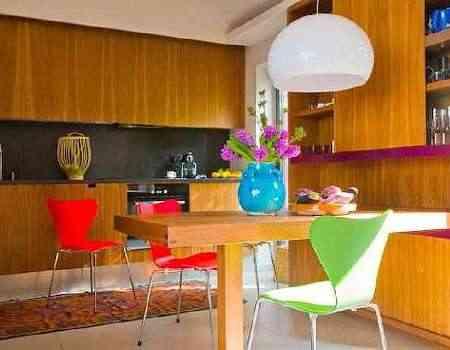 Para pequenas refeições, mesa conjugada a armário de cristais - Arquivo pessoal