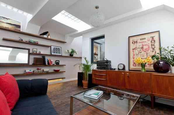 Arquiteta faz de banheiro abandonado sua bela e confortável morada. Laura Clark aproveitou o ambiente subterrâneo esquecido em Londres para conceber a própria casa, que não deixa nada a desejar em relação às habitações convencionais. Na foto, o resultado da reforma