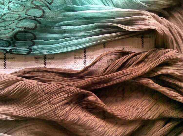 Geralmente, o cliente fornece o tapete ou tecido, o projeto com a cartela de cor e o tema ou conceito do ambiente. Como resultado, ganha um produto personalizado, uma peça única  - Arquivo Pessoal