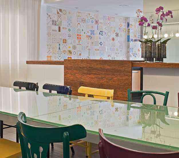 Nesta cozinha integrada foi usado um mosaico de azulejos antigos garimpados em um cemitério de azulejos  - Henrique Queiroga/Divulgação