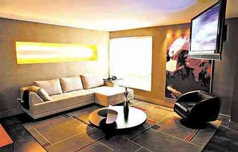 Na sala de televisão, uma versão de Monalisa e uma pequena composição de quadros coloridos decoram o espaço. Projeto dos arquitetos Hélio Albuquerque e Sônia Peres - Divulgação