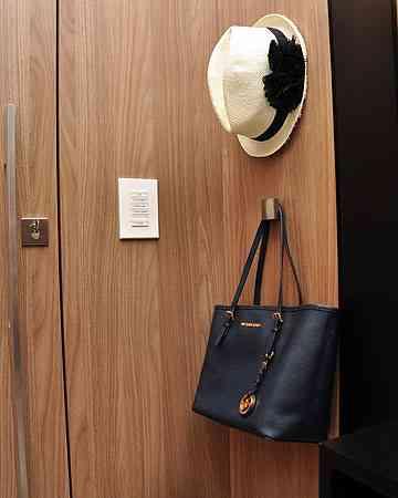 Cabideiros podem ser usados como guarda-volume de chapéus e bolsas - Eduardo de Almeida/RA Studio
