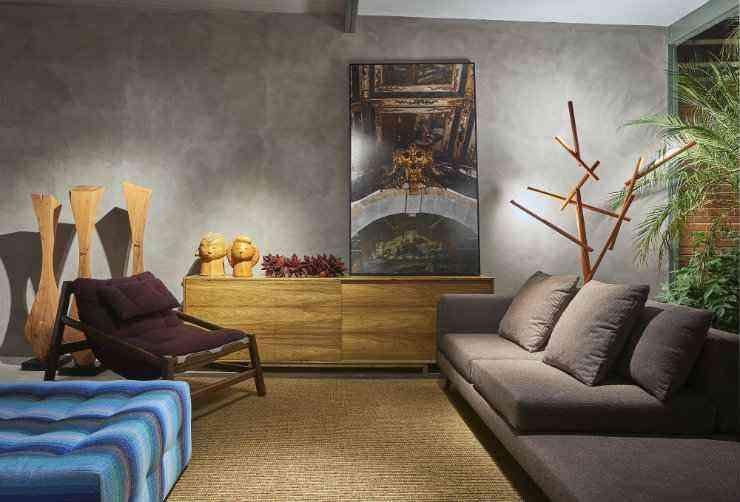 Na saleta projetada pelos arquitetos Bruno Vianna e Ivana Seabra o aparador de madeira maciça de reflorestamento em freijó é um dos destaques - Jomar Bragança/Divulgação