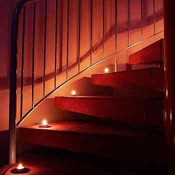 Velas nos degraus ou no corrimão da escada: elas criam uma sensação de continuidade ao ambiente, sugerindo um caminho a ser percorrido  - Divulgação