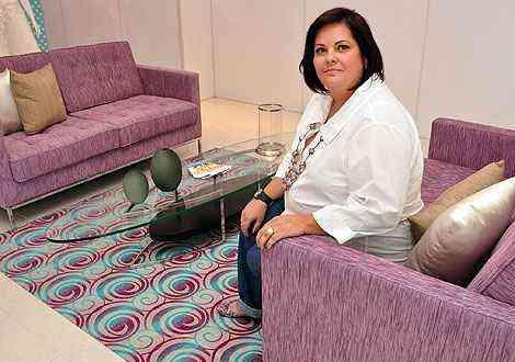 A arquiteta Mara Starling sugere escolher tecidos lisos para as peças mais volumosas e reunir as estampas nas almofadas ou em pequenos elementos como puffs, tapetes e futons  - Eduardo Almeida/RA Studio