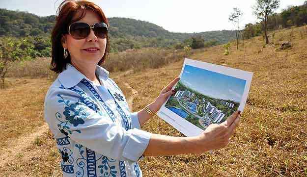 A psicóloga Vânia Nunes Coelho busca agregar valor a um terreno que pretende vender em Betim - Eduardo Almeida/RA Studio