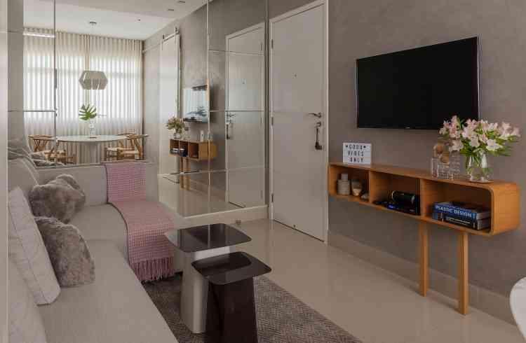 Sala de estar, TV e jantar conjugadas foi a aposta desse projeto, com o mobiliário escolhido de forma que cada peça cumprisse a multifuncionalidade desejada - Henrique Queiroga/Divulgação
