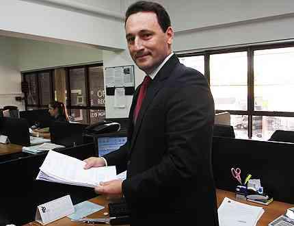 O oficial Fernando Pereira alerta que a propriedade só se transmite com o registro do imóvel - Edésio Ferreira/EM/D.A Press
