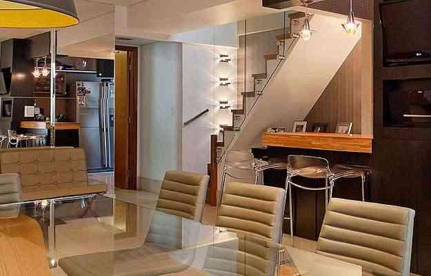 O guarda-corpo da escada em vidro prolonga o olhar e aumenta a sala - Henrique Queiroga/Divulgação
