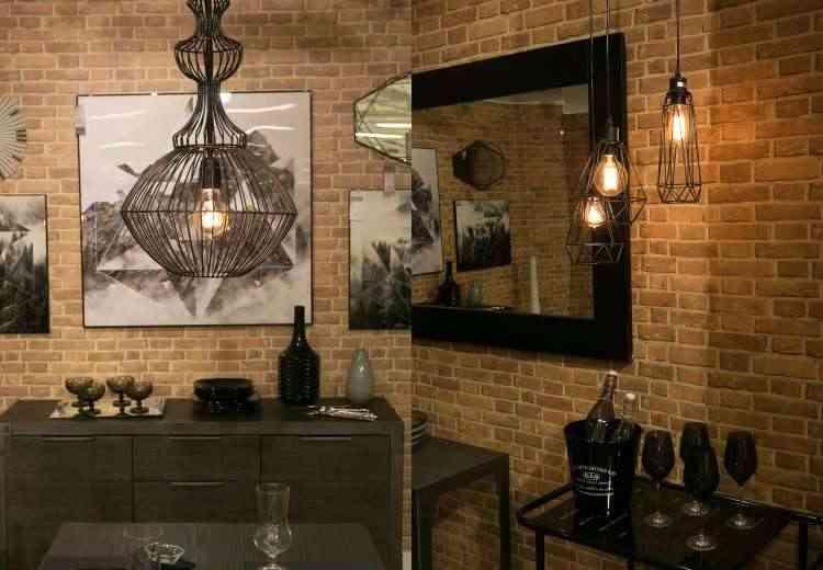 Mesmo em lustres elas podem ficar à mostra, pois fazem parte da decoração (esq.). Composição do estilo industrial e a parede de tijolinho trazem modernidade para o espaço (dir.) - Etna/Divulgação