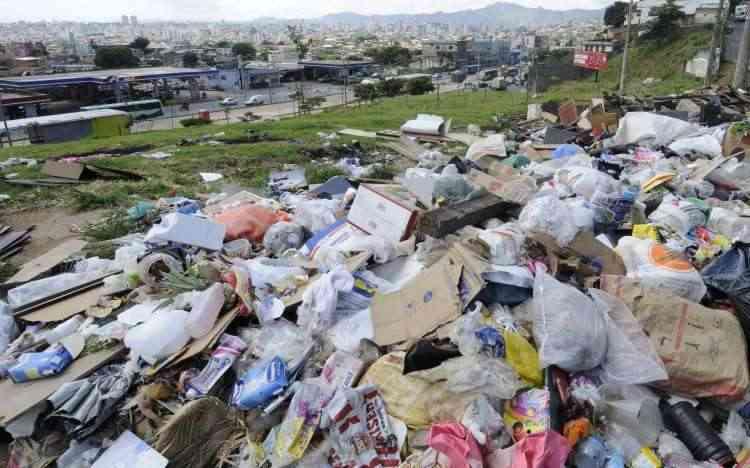 Lixo em lotes vagos ou na rua contribuem para o aparecimento de ratos, baratas e outros intrusos  - Jair Amaral/EM/D.A Press - 30/1/14