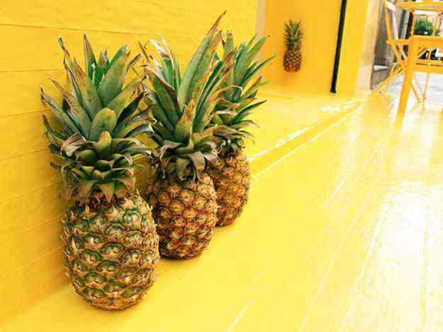 Aplicação de fita adesiva amarela, abacaxis como peças de decoração e uma lâmpada, transformaram a entrada do restaurante - FOS/Divulgação