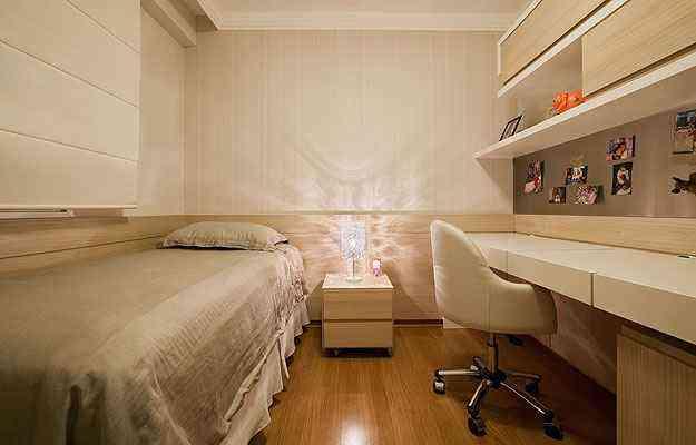 Marina Dubal, que projetou este quarto, acredita que o material sempre teve seu lugar, mesmo diante de outras tendências - Henrique Queiroga/Divulgação