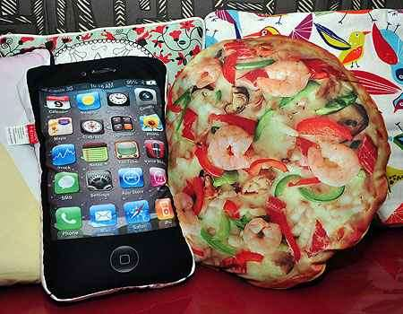 Almofadas com estampa de iPhone e pizza, da Garimpo do Zé - Eduardo Almeida/RA Studio