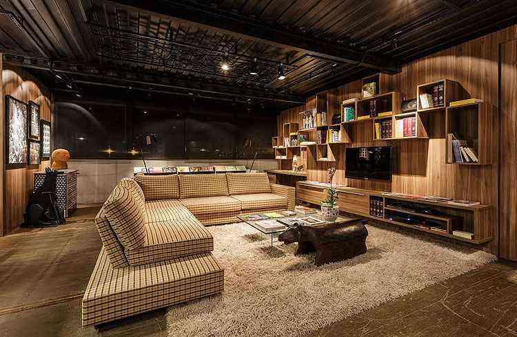 Ambiente loft do casal, do arquiteto Cioli Cássius Stancioli, é a junção requintada de três contêineres - Osvaldo Castro/Divulgação