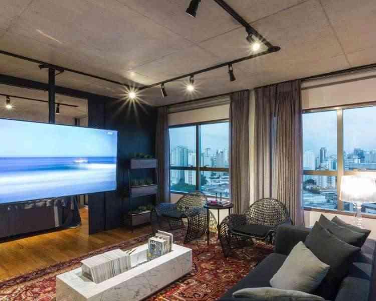 Ao criar iluminação direta ou indireta, spots propõem um ar sofisticado, como no home-theater  - Yamamura/Divulgação