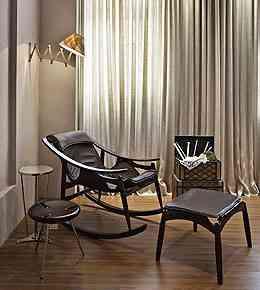 Na Sala de Estar da Família, espaço de Samira Ader e Andrea Medeiros na Morar Mais BH, em 2010, a cadeira tem design moderno e chama ao descanso - Jomar Bragança/Divulgação
