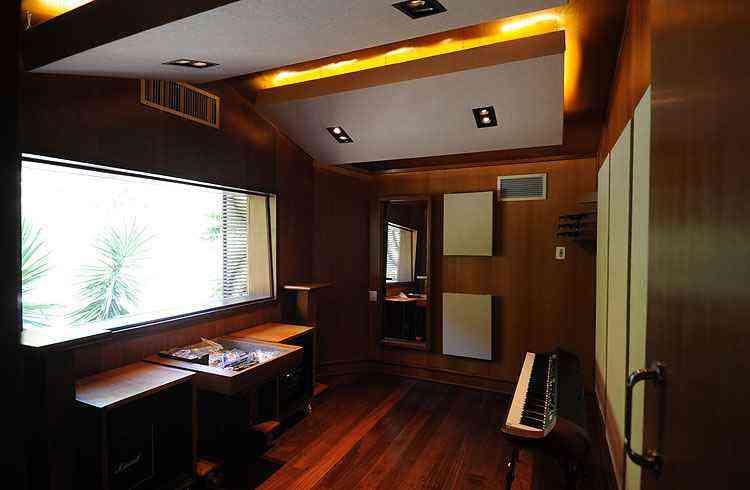 Estúdio musical: o estúdio do filho músico possui estrutura completa de equipamentos e isolamento acústico - Leandro Couri/EM/D.A Press