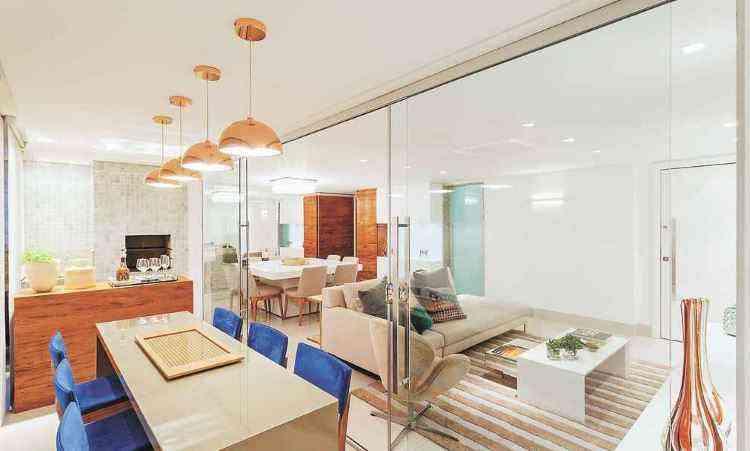 Projeto da arquiteta Carmen Calixto integrou os espaços da sala e da varanda   - Henrique Queiroga/Divulgação